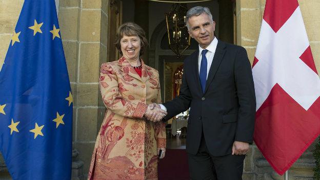 Aussenminister Didier Burkhalter begrüsst am 17. Oktober die EU-Aussenbeauftragte Catherine Ashton in Neuenburg.