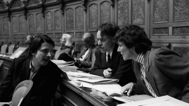 Die SP-Nationalräte Paul Rechsteiner, Moritz Leuenberger und Ursula Mauch (v.l.) diskutieren 1988 miteinander während der Debatte über die Sanktionen gegen Suedafrika.