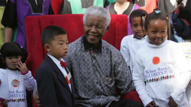 Nelson Mandela mit Kinder