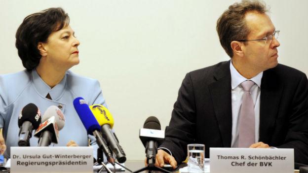 Thomas Schönbächler, Chef der BVK, neben der damaligen Regierungspräsidentin Ursula Gut an einer Medienkonferenz zur Sanierung der BVK im November 2011.