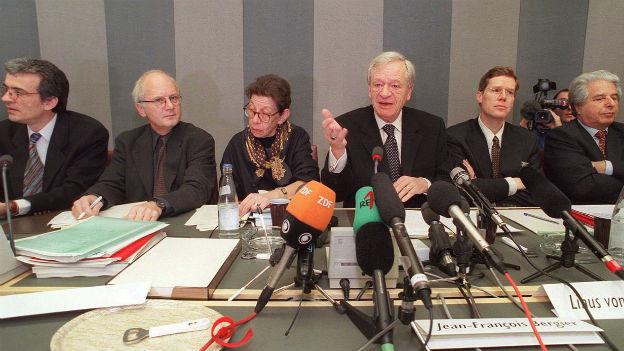 Jean-François Bergier (Mitte) und Mitglieder seiner Kommission bei der Präsentation ihres Berichts.