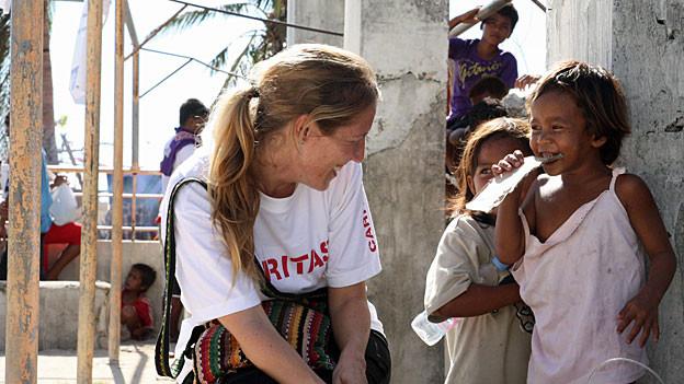 Katastrophenhelferin Yvonne Affolter während ihres Einsatzes auf der Insel Bantayan vor Cebu