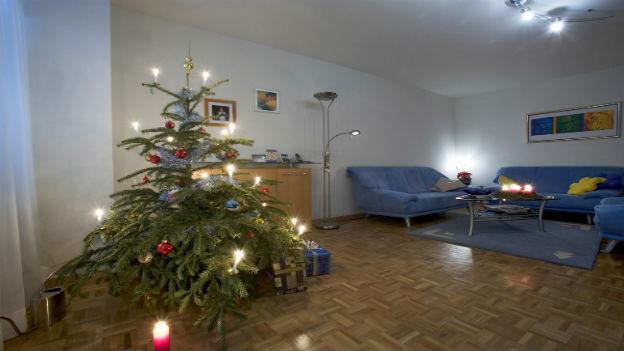 Christbaum in Schweizer Wohnzimmer.