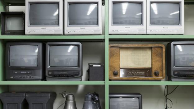 Radio und TV-Geräte auf einem Gestell im Stadttheater Bern.
