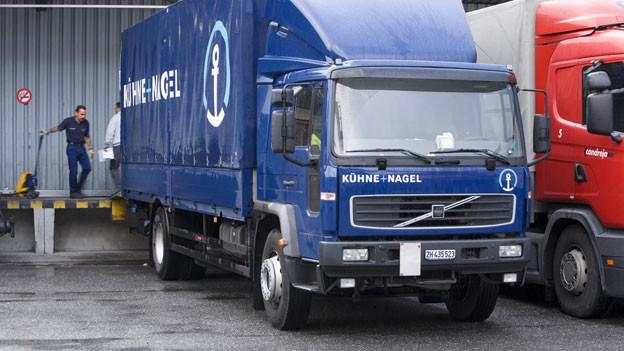 Ein Camion des weltweit tätigen Logistikunternehmens Kühne + Nagel wird im Industriegebiet von Landquart beladen.