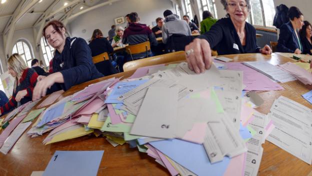 Auszählen der Stimmzettel in einem Zürcher Schulhaus am Sonntags.