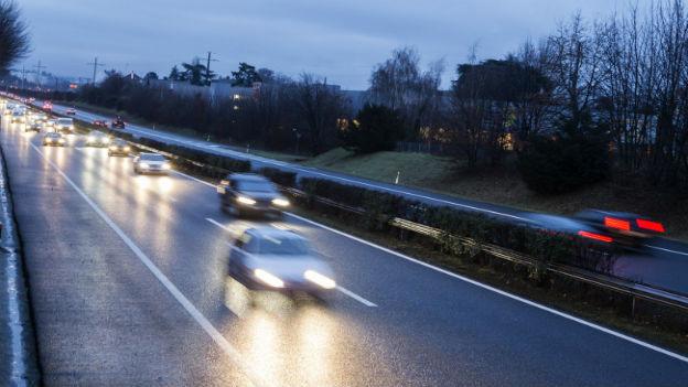 Autos, die schnell auf der Autobahn fahren