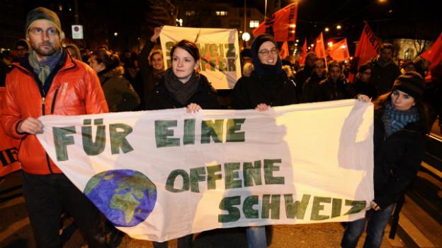 """Menschen in Zürich demonstrieren gegen die Annahme der """"Initiative gegen Masseneinwanderung""""."""