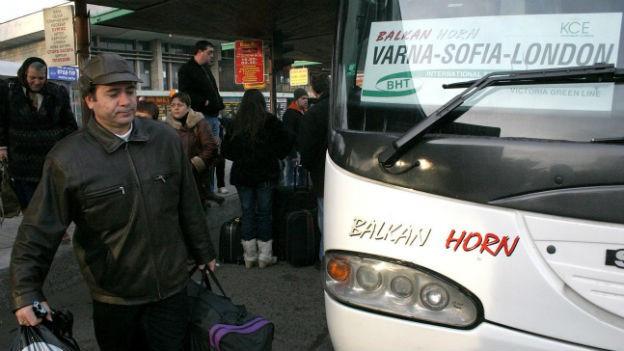 Ein Mann besteigt einen Bus in Bulgarien mit dem Ziel London.