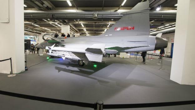 Ein 1:1-Modell des schwedischen Kampfjets Gripen steht an der muba in Basel.