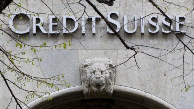 Beschriftung der Bank Credit Suiss an Bankgebäude.