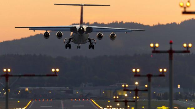 Ein Jumbolino beim Anflug am Flughafen Zürich (Archivbild).