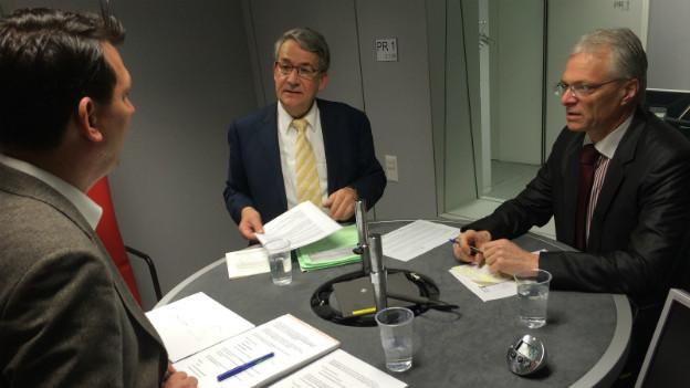 Im SRF4-Studio diskutieren Urs Schaller von der CVP (kontra) und der parteilose Thomas Minder (pro).