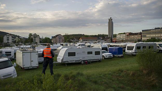 Wohnwagen und Polizisten auf der kleinen Allmend in Bern.