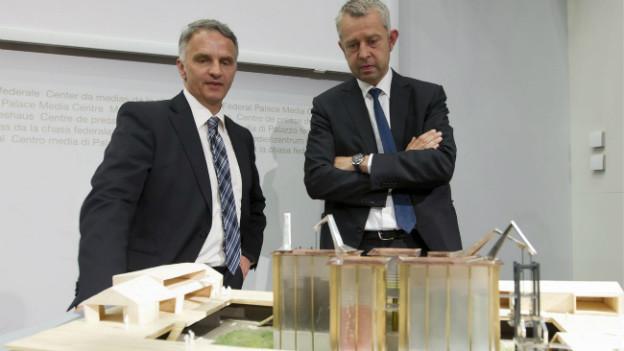 Präsenz Schweiz-Chef Nicolas Bideau und Bundesrat Burkhalter während der Präsentation des Modells des Schweizer Pavillons für die Expo 2015.