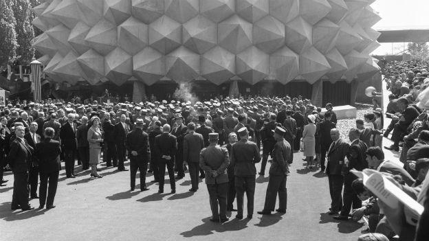 """Expo64: Der umstrittene Armeepavillon """"Wehrhafte Schweiz""""."""