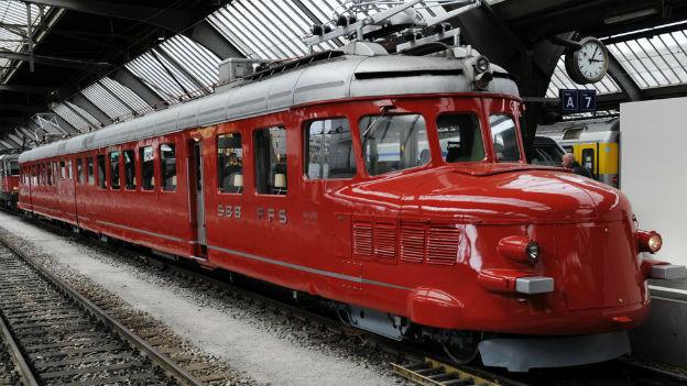 Roter Pfeil auf einem Perron im Zürcher Hauptbahnhof.