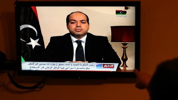 Am Fernsehen hält der neu gewählte libysche Präsident Ahmed Maiteg eine Rede.