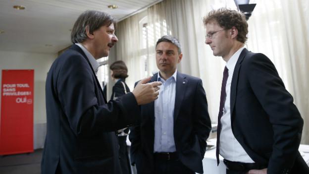 Der Chefökonome des Gewerkschaftsbundes, Daniel Lampart, im Gespräch mit Paul Rechsteiner (SP) und Giorgio Tuti (SGB).