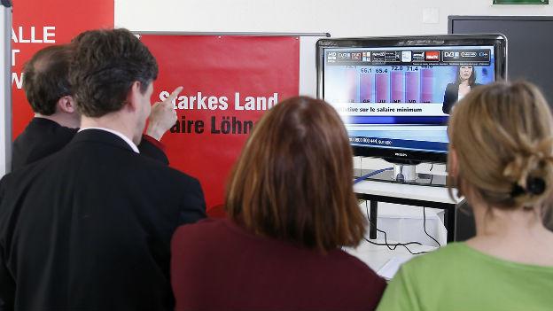 Mitglieder des Initiativ-Komitees verfolgen Abstimmungsresultat im Fernsehen.