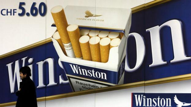 Grosses Plakat eines Zigaretten-Herstellers mit einer Zigaretten-Schachtel.