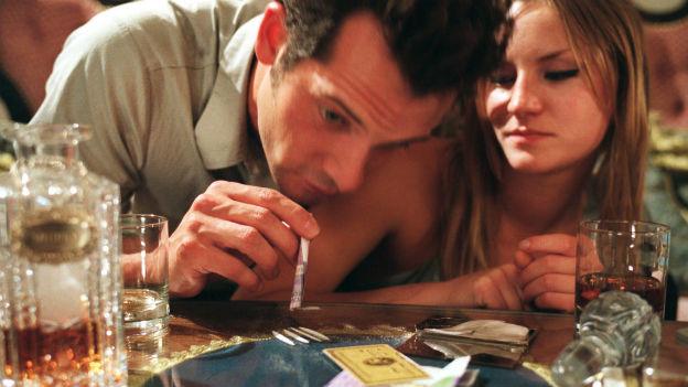 Bildausschnitt aus dem Film Snow White zeigt zwei koksende Personen.