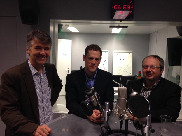 Drei Personen im Studio: Grüne Nationalrat Alec von Graffenried, Moderator Philippe Chappuis und Oliver Hunziker vom Verein verantwortungsvoll erziehende Väter und Mütter.