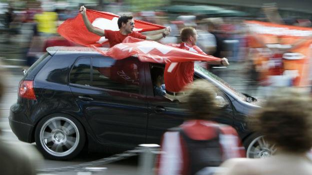 Fussballfest oder Lärm? Jubelnde Schweizer Fans.