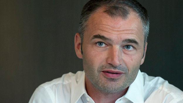 Stéphane Chapuisat spricht an einer Medienkonferenz am 14. Juli 2010 in Bern.