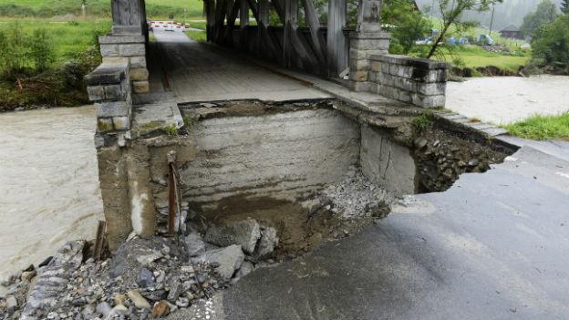 Das Wasser unterspülte eine Brücke.