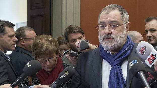 SP-Nationalrat Carlo Sommaruga, umringt von Medienleuten.