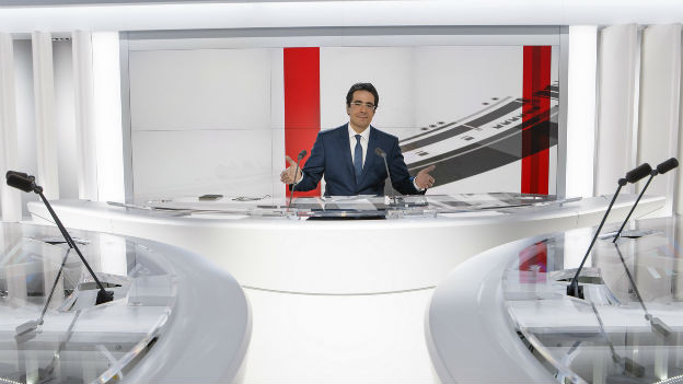 Der Journalist Darius Rochebin im neuen HD-Studio von Radio Télévision Suisse.