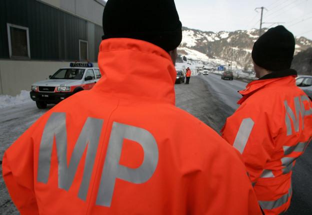 Militärpolizisten kontrollieren den Verkehr zwischen Klosters und Davos.