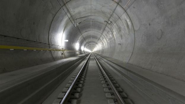 Blick in den neuen, aber noch leeren Gotthard-Basistunnel.