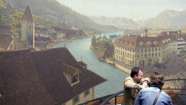 Das Thun-Panorama, eine historische Darstellung der Altstadt um 1900, davor einige Betrachter.