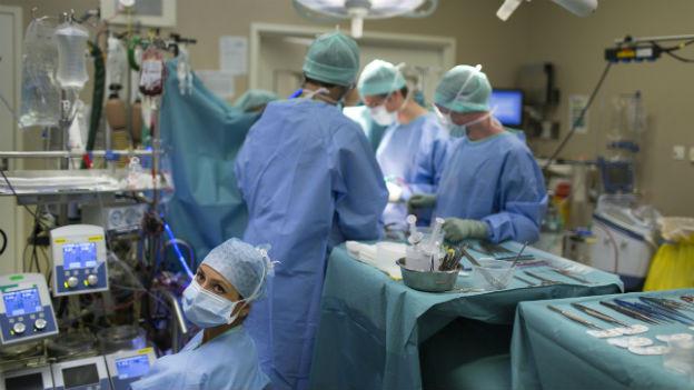 In der Schweiz kommen Patienten eher zu häufig unter's Messer.