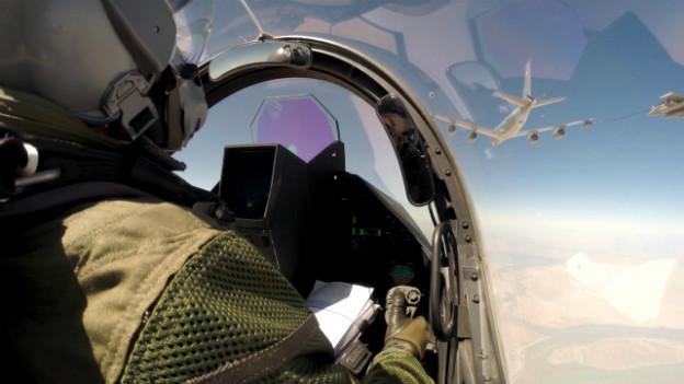 Ein Pilot im Cockpit eines französischen Rafale-Jets am Himmel über Irak.