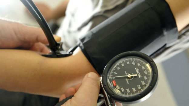 Blutdruckmessung beim Arzt.