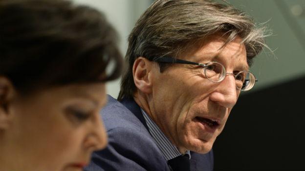 Der Zürcher Regierungsrat an einer Pressekonferenz: Er sitzt an einem Tisch und lehnt sich nach vorne.