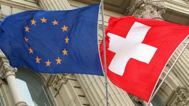 Schweizer Flagge und EU-Fahne