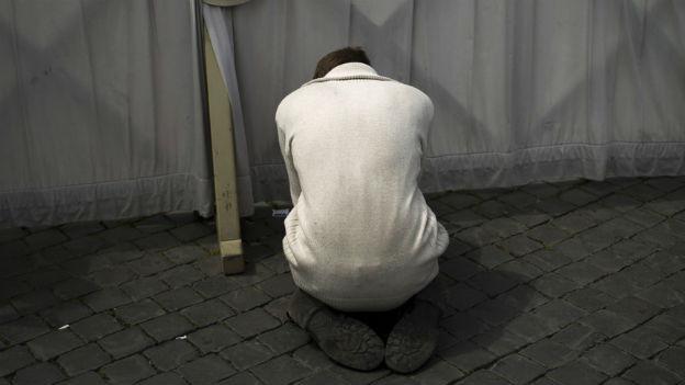 Ein Pilgerer betet in Rom auf dem Petersplatz.