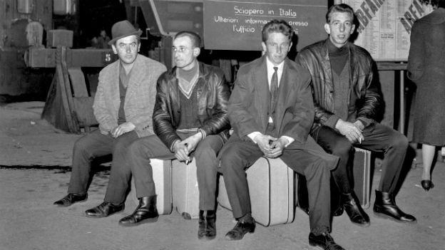 Italienische Fremdarbeiter am Bahnhof Zürich 1966.