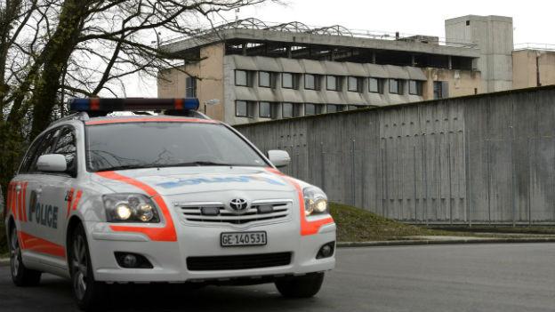 Ein Polizeifahrzeug vor dem Genfer Gefängnis Champ Dollon.