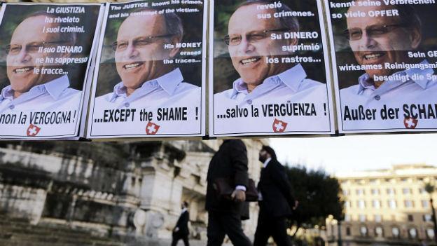 Plakate mit Stefan Schmidheiny von Angehörigen von Asbestopfern vor dem Gericht in Rom.