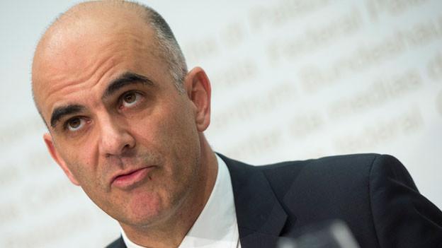 Bundesrat Alain Berset, Vorsteher Eidgenössischen Departements des Innern (EDI), über die «Botschaft zur Reform der Altersvorsorge 2020» während der Pressekonferenz des Bundesrates am 19. November 2014 in Bern.