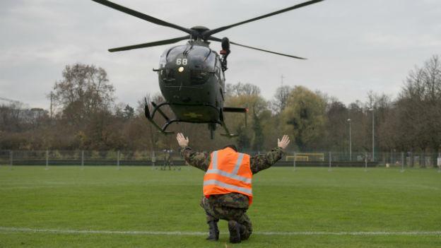 Ein Eurocopter EC635 der Schweizer Armee landet auf den Trainingsfeldern der Sportanlagen St. Jakob bei den Vorbereitungen der OSZE-Ministerratskonferenz vom 4. und 5. Dezember in Basel (Bild aufgenomen am 26.11.14).