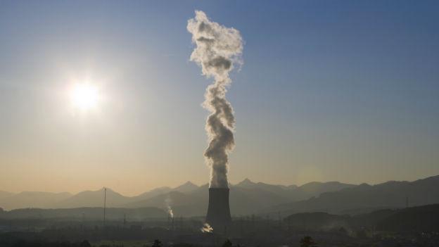 Eine Dampffahne aus verdunstetem Kühlwasser strömt aus dem Kühlturm des Kernkraftwerks Gösgen.