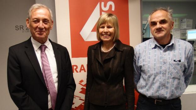Die drei Gäste stehen im Studio von SRF 4 News