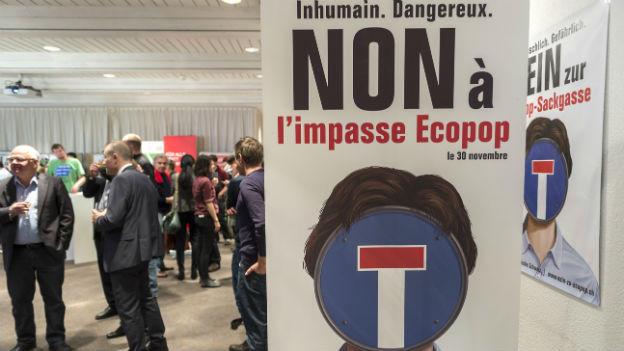Aufnahme aus dem Lager der Ecopop-Initiative mit Plakat aus dem Abstimmungskampf.