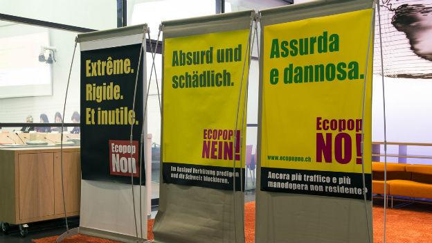 Abstimmungsplakate im Vorfeld der Abstimmung über die Ecopop-Initiative.